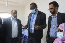 وزير الإسكان يستعرض إحدى وثائق المخطط الجديد إيذانا ببدء عملية سحبه