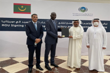 الوزير ومدير صندوق أبو ظبي بعيد توقيع الاتفاقية (وما)