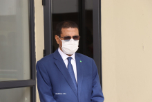 وزير الصحة محمد نذير ولد حامد في مدخل وحدة كوفيد بالمستشفى الوطني حيث انطلقت حملة التقليح ضد كورونا (الأخبار)
