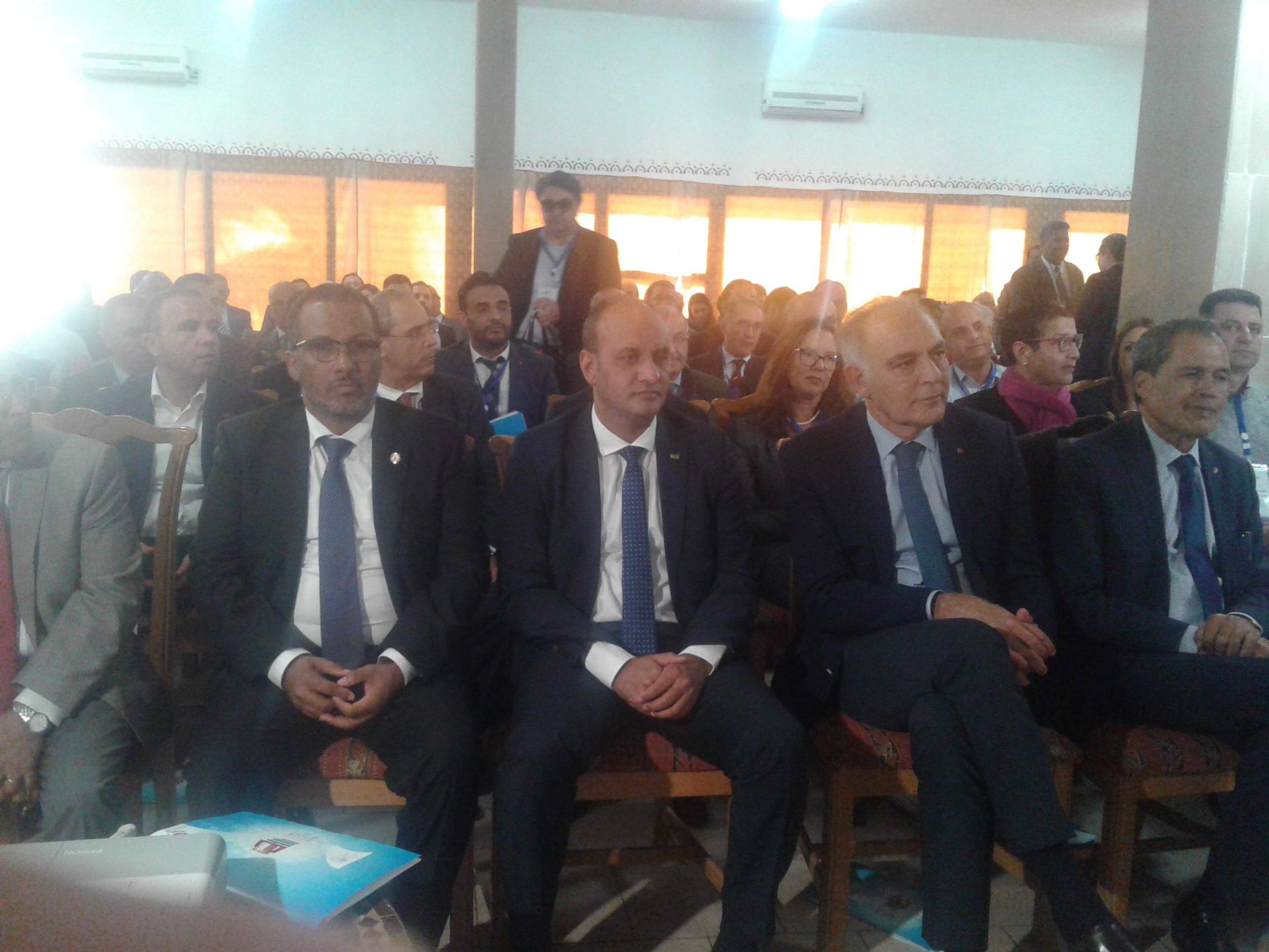 في الوسط رئيس سلطة المنطقة الحرة إلى جانب رئيس أرباب العمل المغربي والموريتاني/ تصوير الأخبار