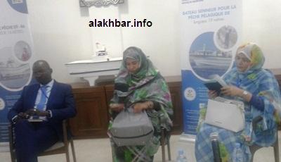 في الوسط مديرة الشركة محجوبة بنت حبيب إلى جانب المدير المساعد والمديرة المالية/ الأخبار