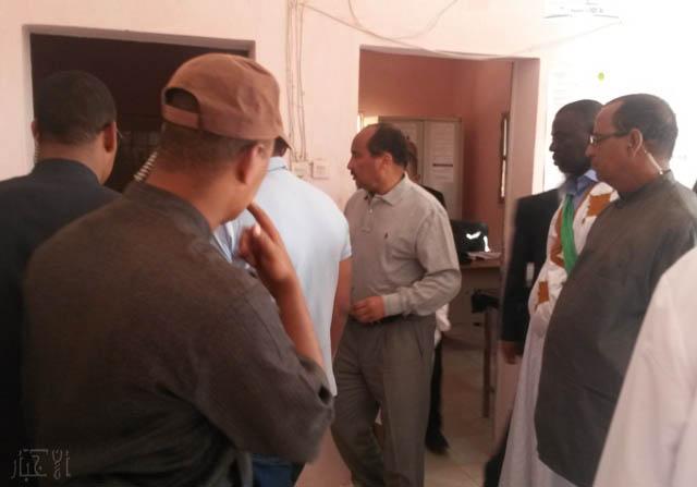 الرئيس محمد ولد عبد العزيز خلال زيارته لمستشفى الطويل بالحوض الغربي في 24 مارس 2015 ـ (أرشيف الأخبار)