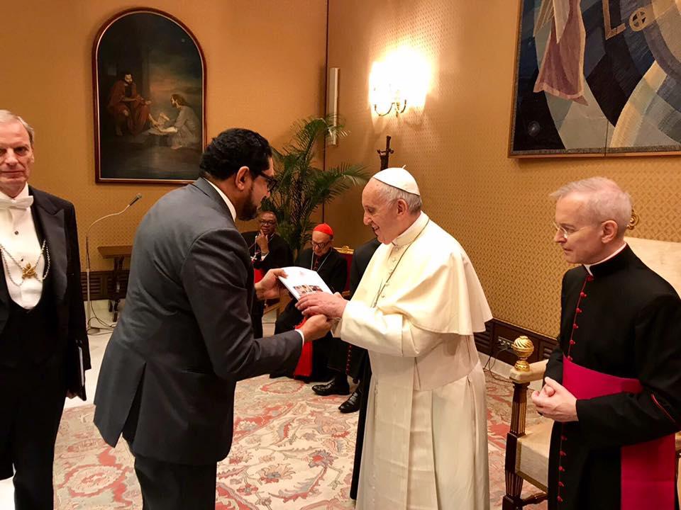 الشيخ المحفوظ بن بيه خلال لقائه مع البابا افرانسيس