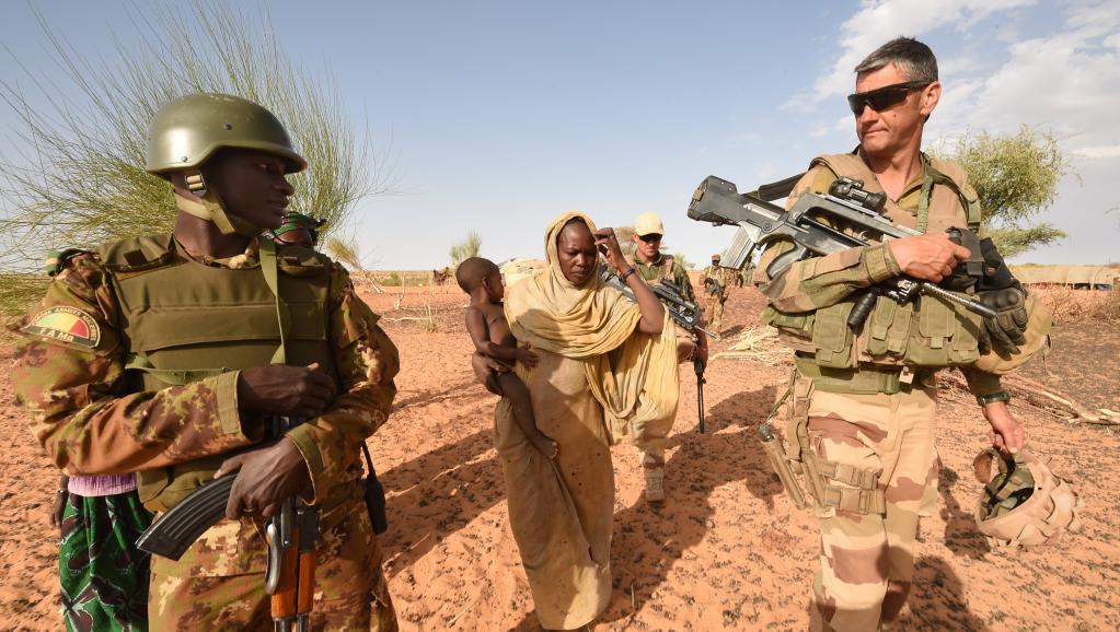 جنود ماليون وعسكريون فرنسيون من قوات باراخان شمال مالي.