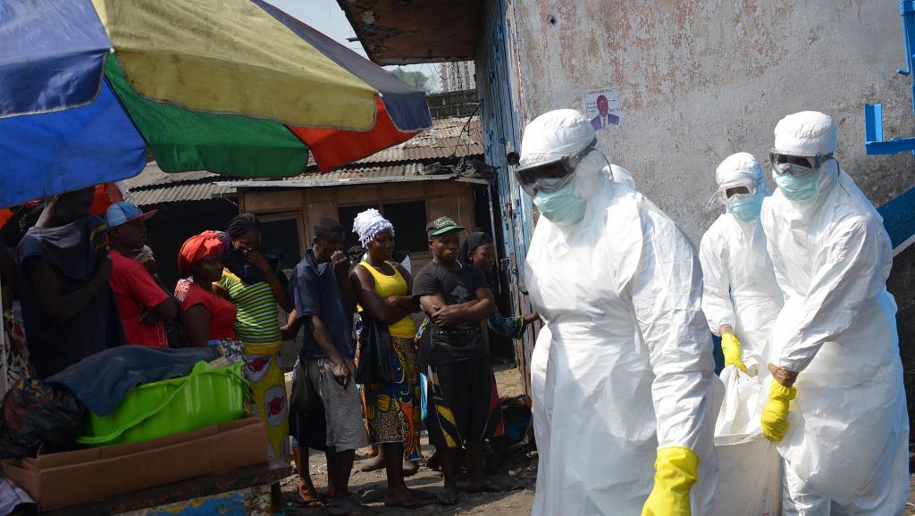 أطباء تابعون للهلال الأحمر الدولي يحملون جثمان شخص توفي في ليبيريا يوم 5 يناير 2017 إثر إصابته بالإيبولا.