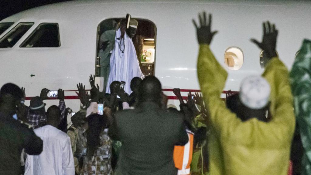 بعض أنصار جامي في توديعه لدى توجهه إلى منفاه بغينيا الإستوائية.