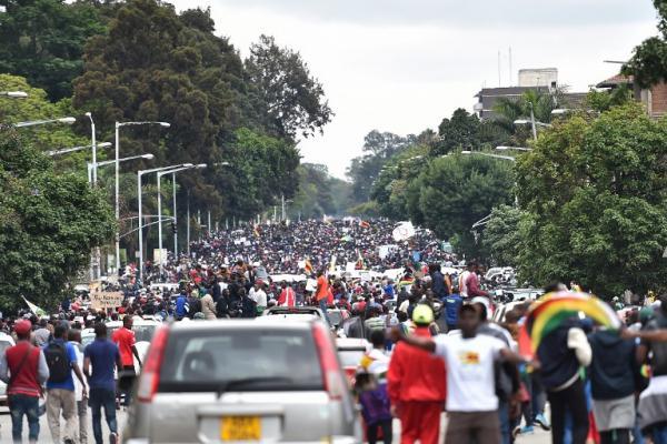 جانب من المظاهرات التي خرجت في العاصمة هراري لمطالبة موغابي بالتنحي عن السلطة.