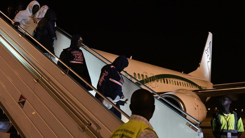 مهاجرون إيفواريون خلال ترحيلهم من ليبيا إلى آبيدجان في 20 نوفمبر 2017.