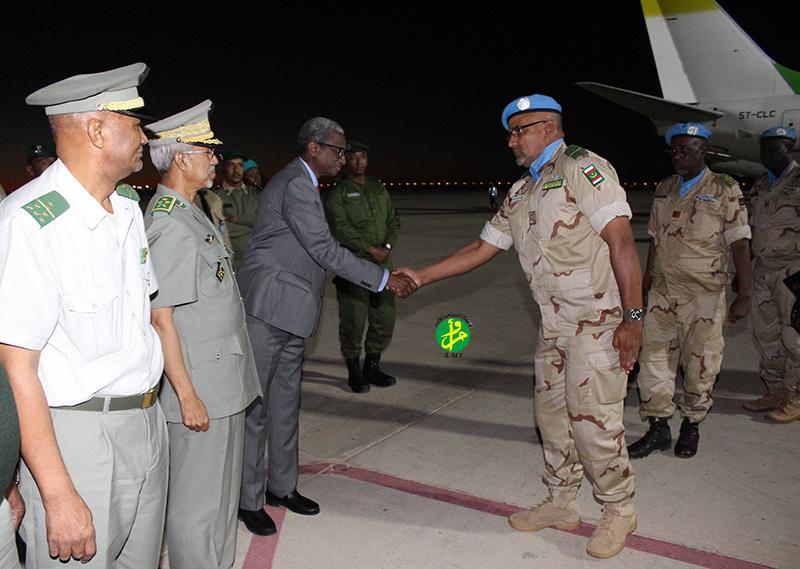 وزير الدفاع جالو ممادو باتيا يصافح قائد الكتيبة العقيد الشيخ ولد سيدي بوي ـ (AMI)
