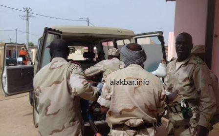 عناصر من الجيش ينزلون أحد المصابين في ضواحي بوكي بمستشفى ألاك (الأخبار)