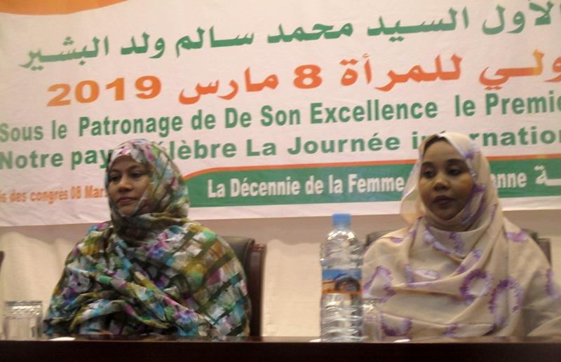 وزيرة الشؤون الاجتماعية المهندسة مريم بنت بلال (يمين) خلال افتتاح نشاط عام شهر مارس الماضي