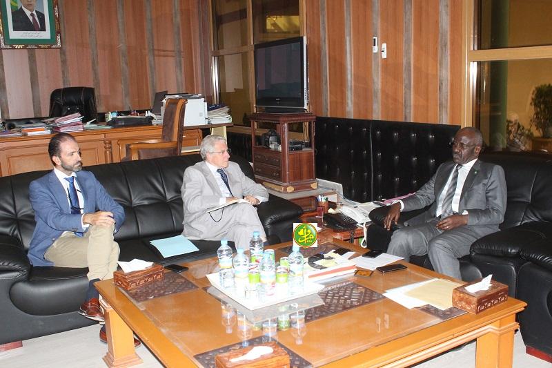 وزير الداخلية الموريتاني الدكتور محمد سالم ولد مرزوك خلال لقائه مع السفير الأسباني خوسيه سانتوس آكوادور (وما)
