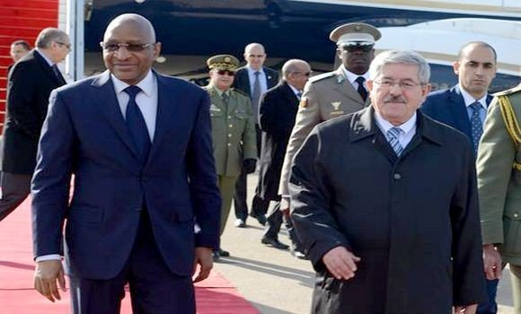 رئيس الوزراء الجزائري أحمد أويحيى والوزير الأول المالي سومايلو بوباي مايغا لدى وصول الأخير مطار هواري بومدين.