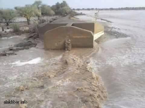 آثار سد قرية بوسطة بعد جرف مياه السيول له ـ (الأخبار)