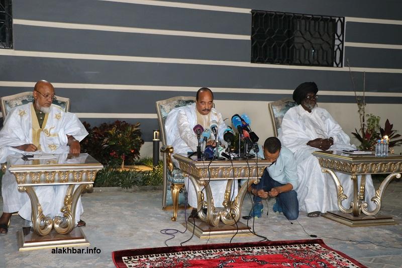 من اليمين: بيجل ولد هميد، محمد ولد عبد العزيز، سيدنا عالي ولد محمد خونه خلال المؤتمر الصحفي الليلة (الأخبار)