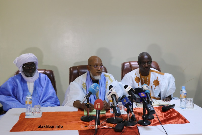 ولد محمد خونه (وسط)، وعن يمنيه ولد هميد خلال مؤتمر صحفي يوم 29 نوفمبر الماضي (الأخبار)