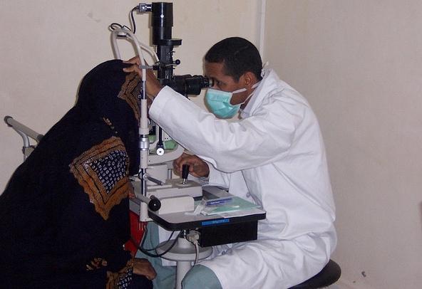 أحد أطباء المستشفى خلال تقديم علاج لأحدى مراجعي المركز