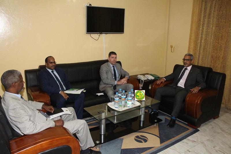 مفوض حقوق الإنسان حسنه ولد بوخريص خلال لقائه مع السفير الأمريكي مايكل دودمان اليوم (وما)