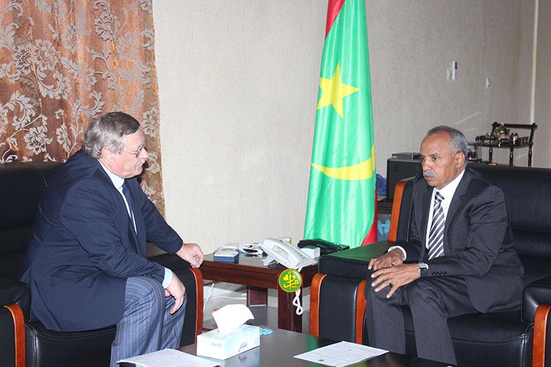 رئيس البرلمان الموريتاني الشيخ ولد باي، والسفير الروسي فلاديمير شاموف (وما)