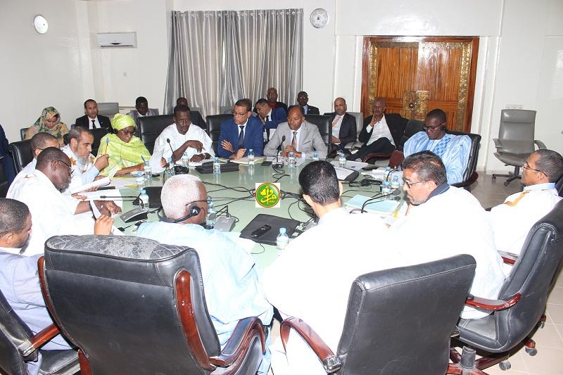لجنة المالية خلال اجتماع لها قبل أيام لنقاش ميزانية وزارة الشتغيل والشباب والرياضة (وما)