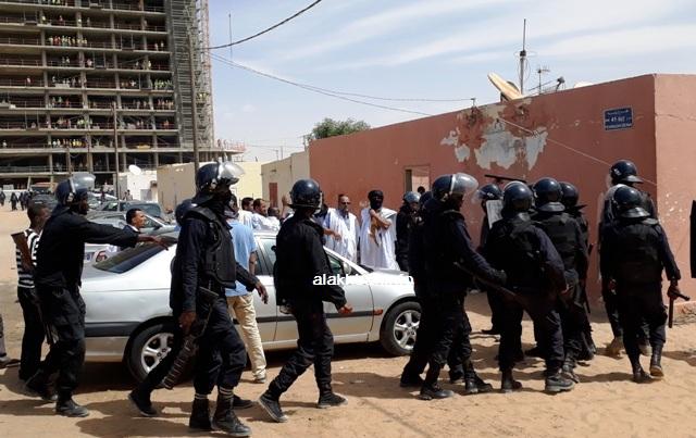 ولد منصور أمام مجموعة من شرطة مكافحة الشغب (الأخبار)