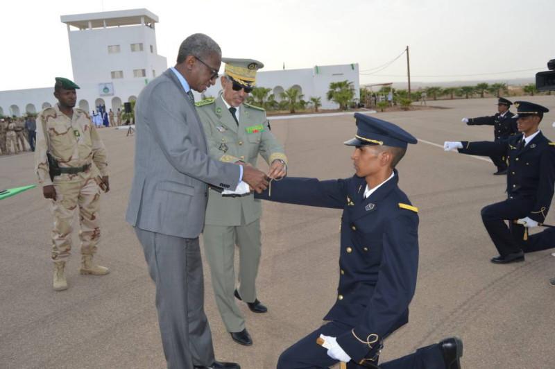 وزير الدفاع الموريتاني جالو مامادو باتيا خلال توشيح أحد الضباط الخريجين (وما)