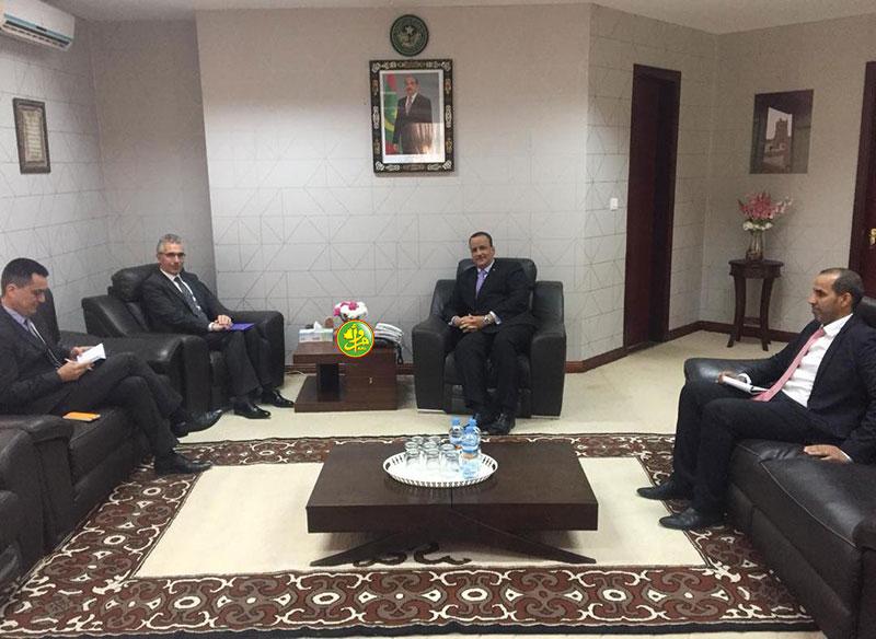 وزير الخارجية إسماعيل ولد الشيخ أحمد مع السفير الفرنسي في موريتانيا روبير موليي (وما)