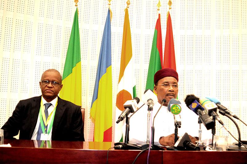 رئيس النيجر الرئيس الدوري لمجموعة دول الساحل الخمس محمد يوسفو والأمين الدائم للمجموعة مامان صامبو صديكو (وما)