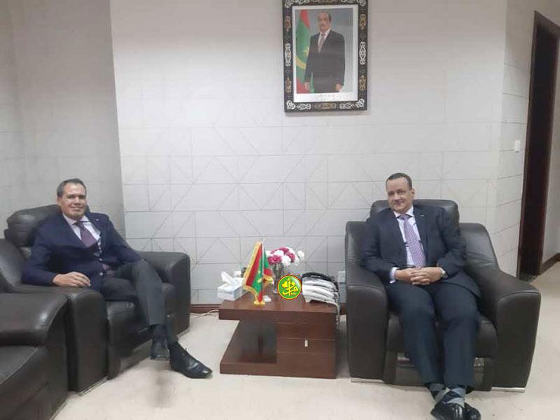 وزير الخارجية الموريتاني إسماعيل ولد الشيخ أحمد خلال استقباله للسفير المغربي حميد شبار (وما)