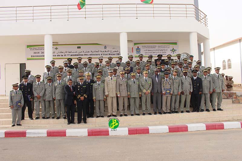 صورة تذكارية تجمع الدفعة مع وزير الدفاع وكبار القادة العسكريين (وما)