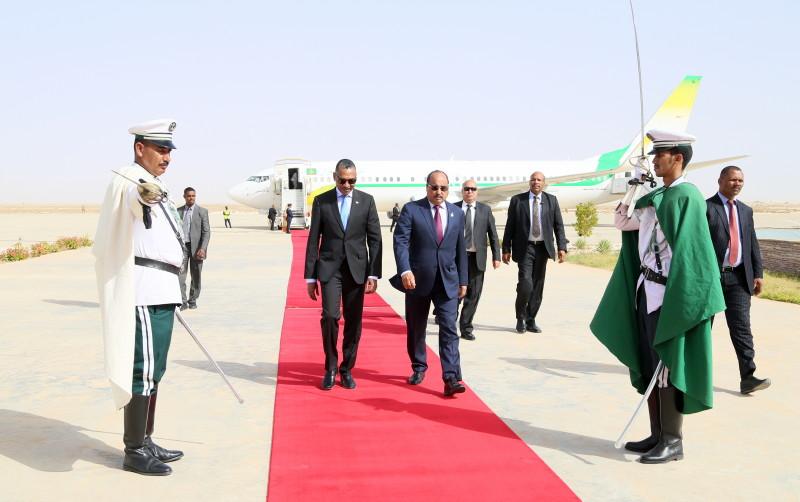 ولد عبد العزيز في مطار نواكشوط عائدا من نيجيريا (وما)
