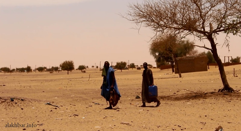مواطنون بأحد شوارع ترمسه يحملون قنينات خاوية بحثا عن مياه شرب إبريل الماضي (الأخبار - أرشيف)