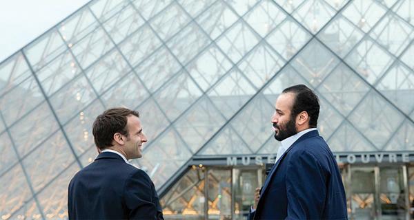 الرئيس الفرنسي إمانويل ماكرون رفقة ولي العهد السعودي أمام متحف اللوفر بباريس ـ (وكالات)