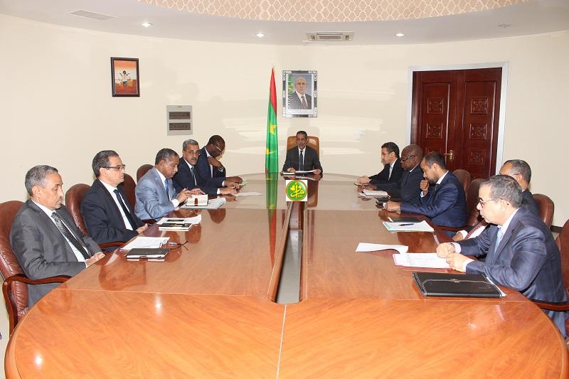 الوزير الأول خلال ترؤس اجتماع اللجنة الوزارية المكلفة بوضع آلية لضبط أسعار المواد الاستهلاكية الأساسية أمس الاثنين (وما)
