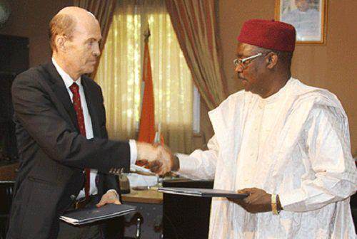 وزير الدفاع النيجري كالا موتاري والسفير الألماني لدى نيامي هيرمان نيكولاي
