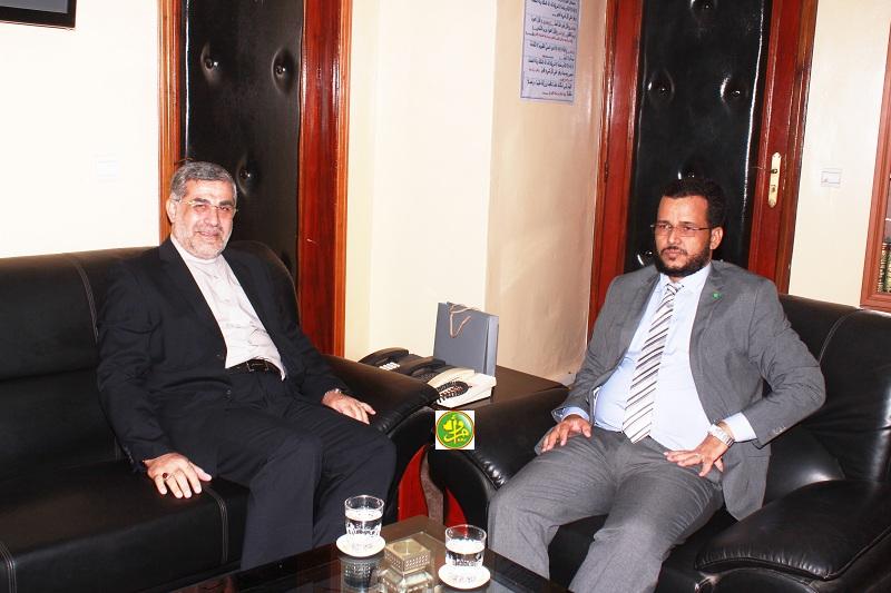 وزير الشؤون الإسلامية والتعليم الأصلي الداه ولد سيد ولد أعمر طالب، والسفير الإيراني محمد العمراني (وما)