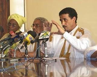 رئيس الحزب محمد ولد مولود مع قادة الحزب خلال مؤتمر صحفي سابق