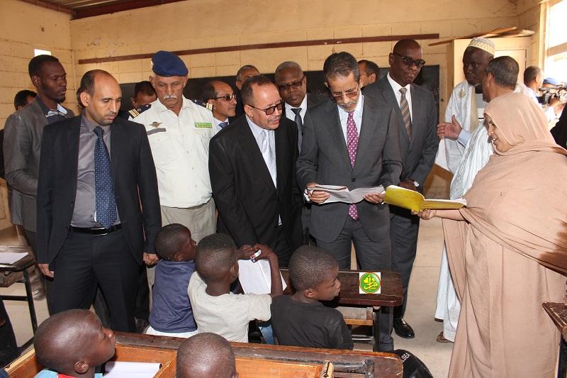 الوزير الأول إسماعيل ولد بده ولد الشيخ سيديا داخل إحدى المدارس خلال جولته في نواكشوط الأربعاء الماضي (وما)