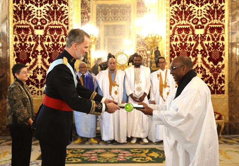 السفير الموريتاني في أسبانيا كان ببكر خلال تقديم أوراق اعتماده لملك أسبانيا فيليبي السادس (وما)