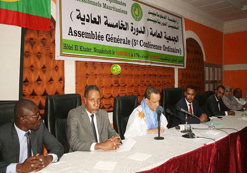 منصة افتتاح المؤتمر الخامس العادي لرابطة الدبلوماسيين الموريتانيين (وما)