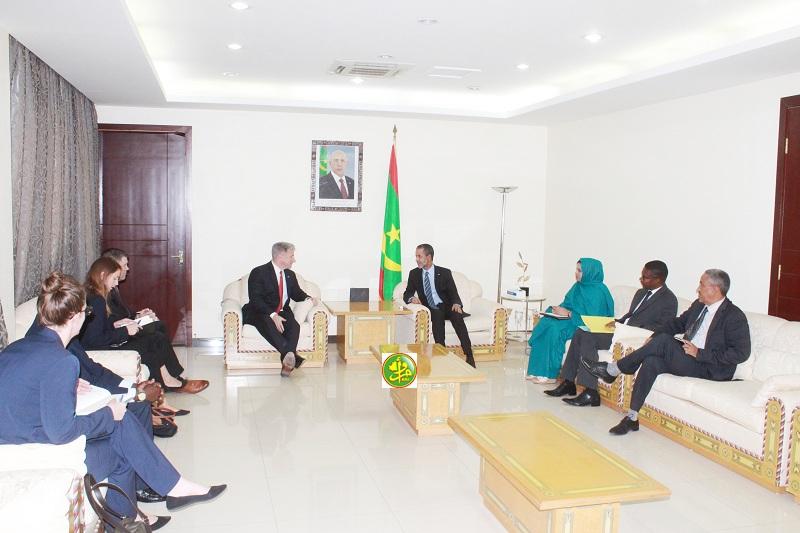 السفير الأمريكي المتجول خلال لقائه مع الوزير الأول إسماعيل ولد بده ولد الشيخ سيديا (وما)