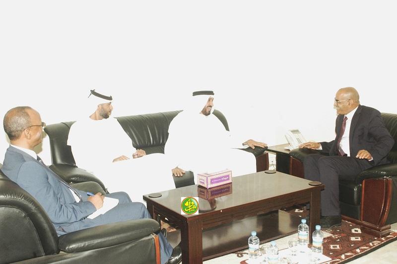وزير الصيد الناني ولد اشروقه خلال لقائه مع السفير الإماراتي في نواكشوط حمد غانم حمد المهيري (وما)