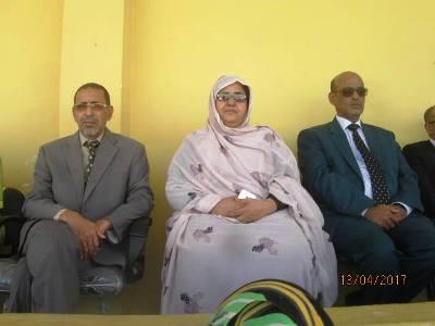 من اليسار الوالي المساعد محمد محمود ولد المصطفي إلى جانب المديرة الجهوية للتعليم صفية بنت بمب (تصوير الأخبار)