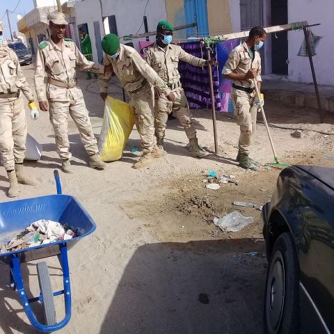 أفراد من الجيش خلال حملة النظافة اليوم