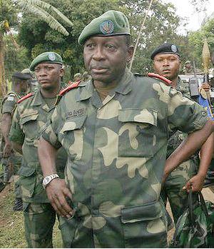 الجنرال الكونغولي افرانسوا أولينغا مع بعض القوات التابعة له.