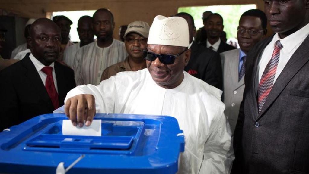 الرئيس المالي ابراهيم بوبكر كيتا خلال الإدلاء بصوته في انتخابات سابقة.