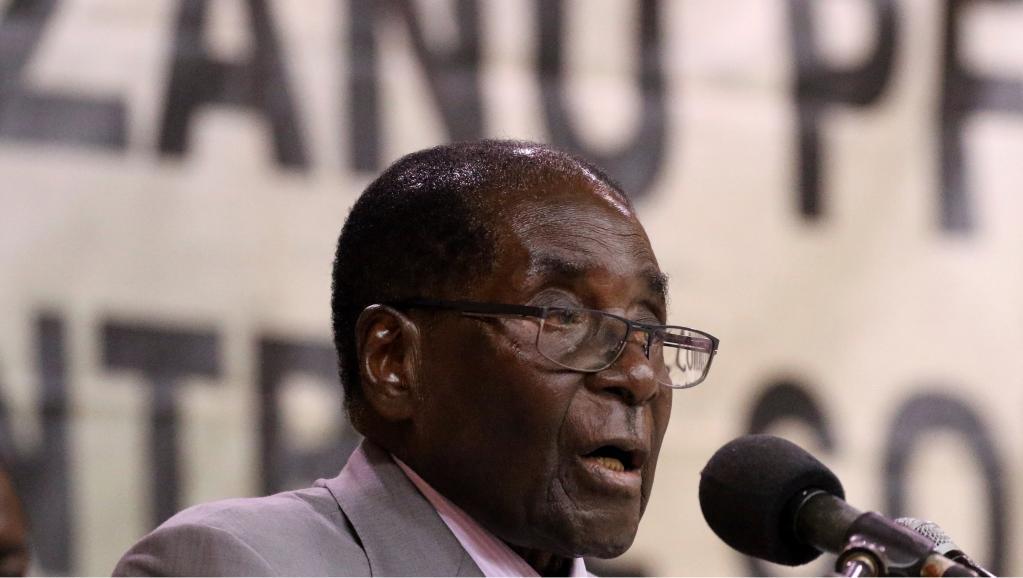 روبيرت موغابي رئيس زيمبابوي الموجود رهن الإقامة الجبرية والمعزول من طرف الحزب الحاكم.