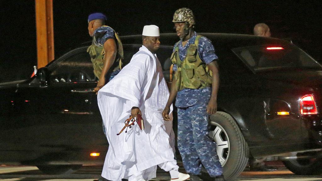 الرئيس الغامبي السابق يحيى جامي لدى وصوله المطار قبيل مغادرته البلاد نحو غينيا الإستوائية للإقامة بها.