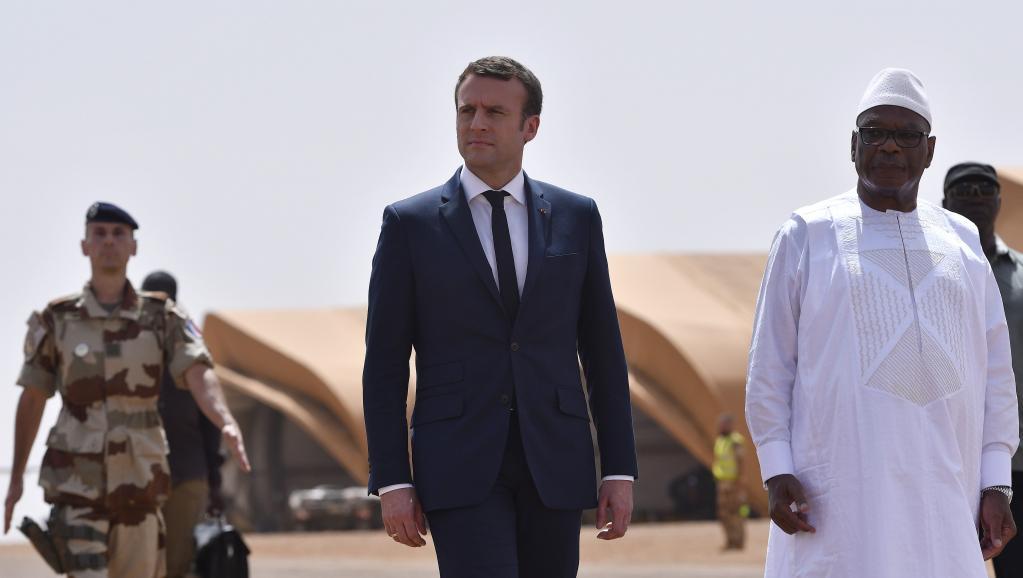الرئيسان الفرنسي إيمانويل ماكرون والمالي ابراهيم بوبكر كيتا خلال زيارة لماكرون إلى الشمال المالي مايو 2017.
