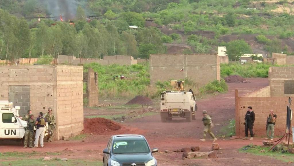 قوات مسلحة أمام منتجع كانغابا ضاحية العاصمة المالية باماكو.